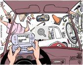 Motorista utilizando smartfone ao dirigir