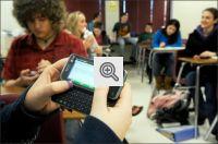 Alunos utilizando o celular em aula