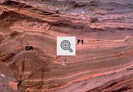 Fotografia mostrando uma falha (traço do plano de falha=F-F1) associada a dobras. DA=dobra em anticlinal.