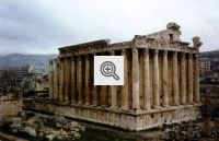 Ruínas do Templo de baco, na antiga cidade de Baalbek, no Líbano, considerada patrimônio da humanidade. Por estar num zona estratégica do Oriente Médio, a região é dominada por várias civilização ao longo de sua história. Atualmente, o Líbano é ocupado por tropas sírias e israelenses.