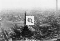 Torre Eiffel e pavilhões da Exposição de Paris de 1889 vistos de cima.